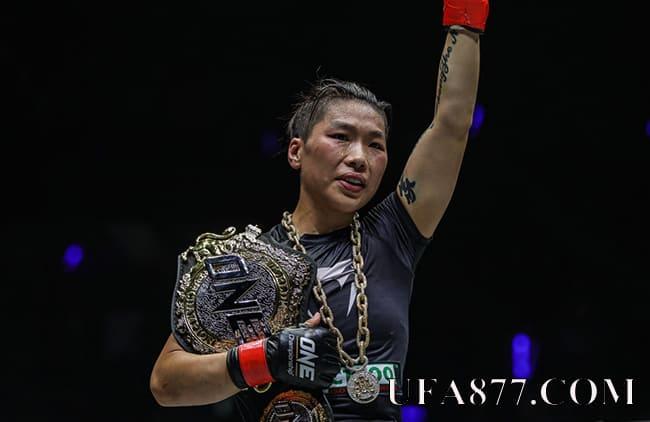 จาง เหว่ยลี่ ป้องเข็มขัด UFC